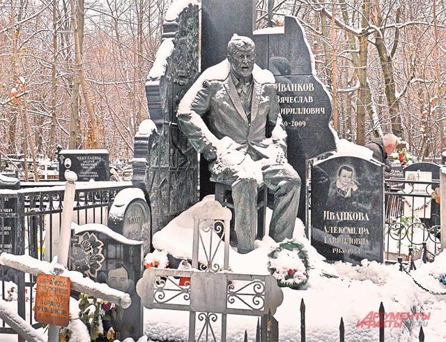 У могилы заслуженного тренера СССР Константина Бескова застыли две бронзовые фигуры, изображающие юных фанатов «Спартака» и «Динамо».