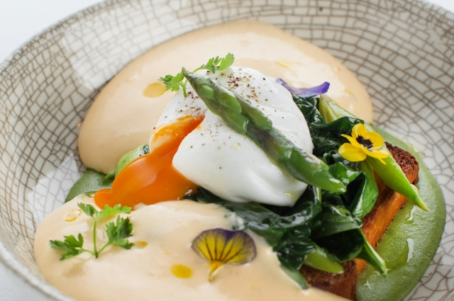Яйца по-бенедиктински со спаржей и шпинатом