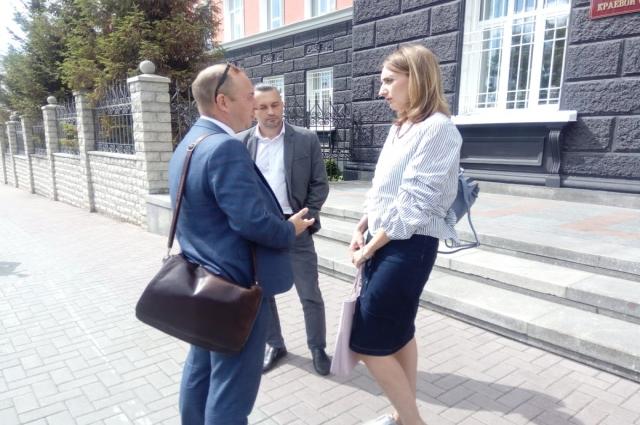Вдова Михаила Седова Виктория Переясловская со своими адвокатами