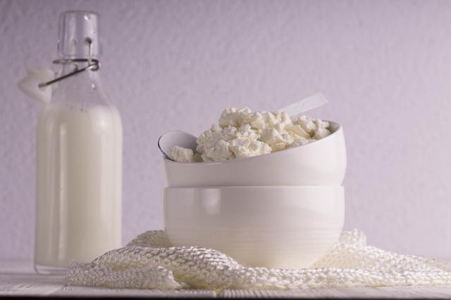 Творог и молоко помогут восполнить нехватку витамина Д.