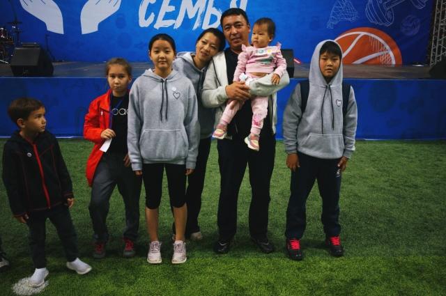 Дружная семья из Казахстана со своей главной болельщицей.