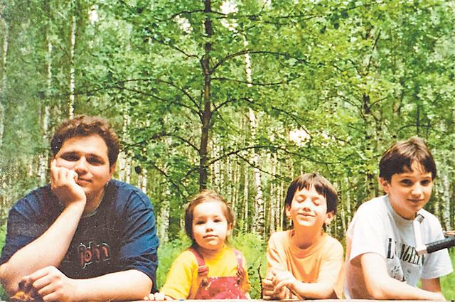 Детство Антон (крайний слева) с братьями и сёстрами проводил, гоняя на велосипедах в Тропарёвском парке.