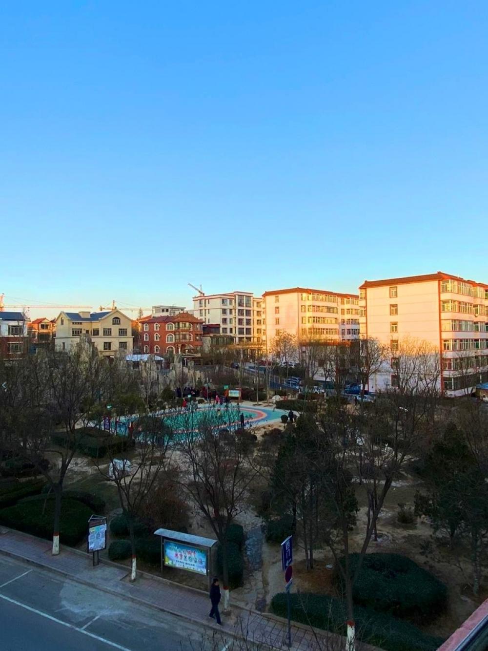Из окна квартиры был виден стадион, на котором китайцы занимались ежедневно утром и вечером, пока не началась пандемия коронавируса.