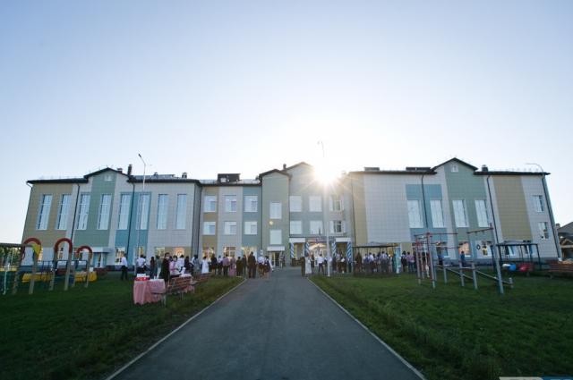 На территории школы оборудована современная многофункциональная спортивная и детская игровая площадки.