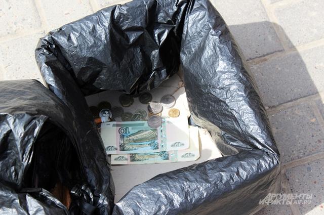 Деньги Марат собирает в картонную коробку