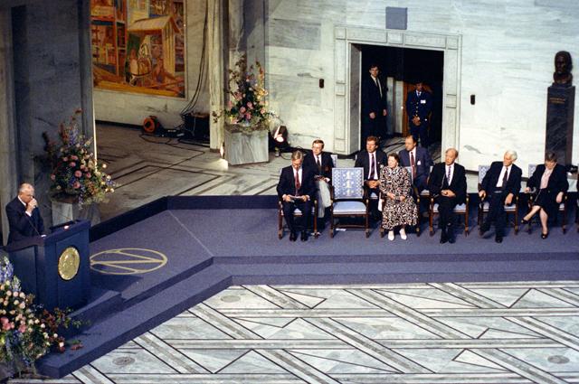 Выступление Президента СССР, лауреата Нобелевской премии мира за 1990 год Михаила Горбачева в актовом зале городской ратуши Осло с традиционной Нобелевской лекцией.