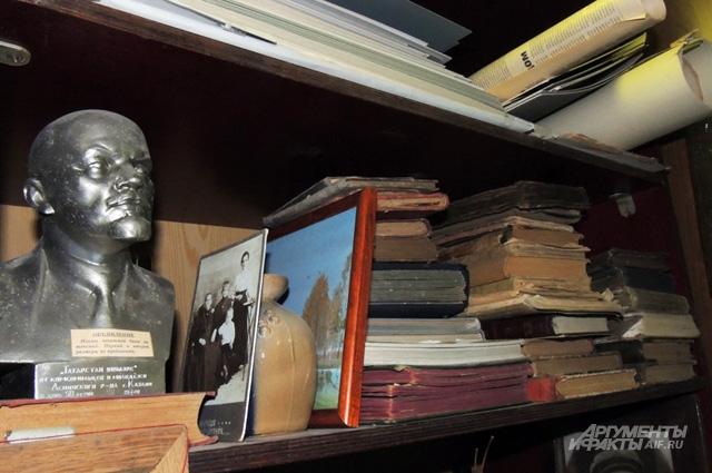 Пару десятилетий назад бюст Ленина был самой обыденной вещью в любом госучреждении