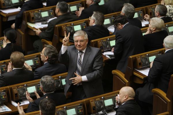 Депутат от Партии регионов Михаил Чечетов (в центре) в Верховной Раде
