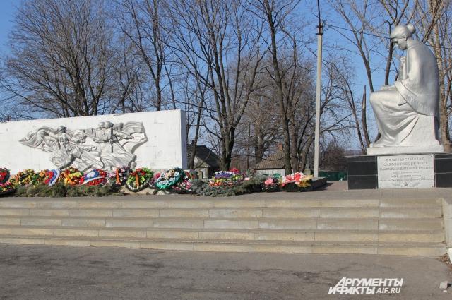 Главная достопримечательность маленького посёлка Чертково памятник соотечественникам, защитникам родины, погибшим в 1942 1943 годах