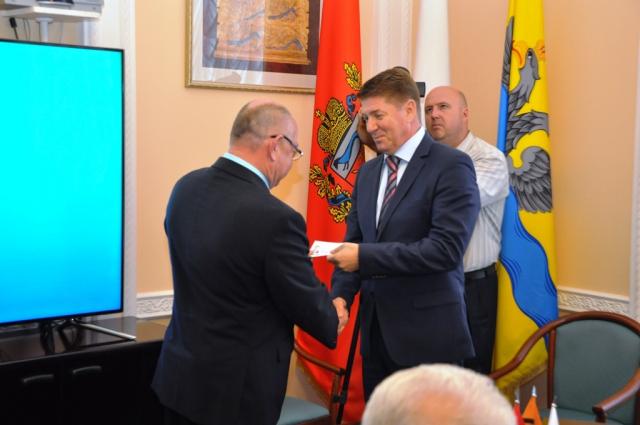 Избранные депутаты горсовета Оренбурга получили удостоверения.