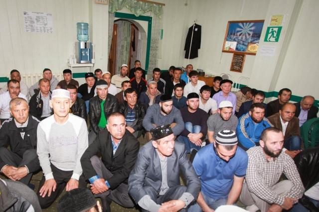Прихожане Пойковской мечети.
