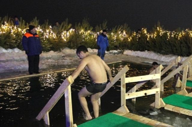 Врачи не рекомендуют лезть в воду без предварительного закаливания.