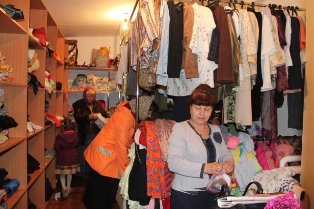 В пункте раздачи вещей можно бесплатно выбрать одежду