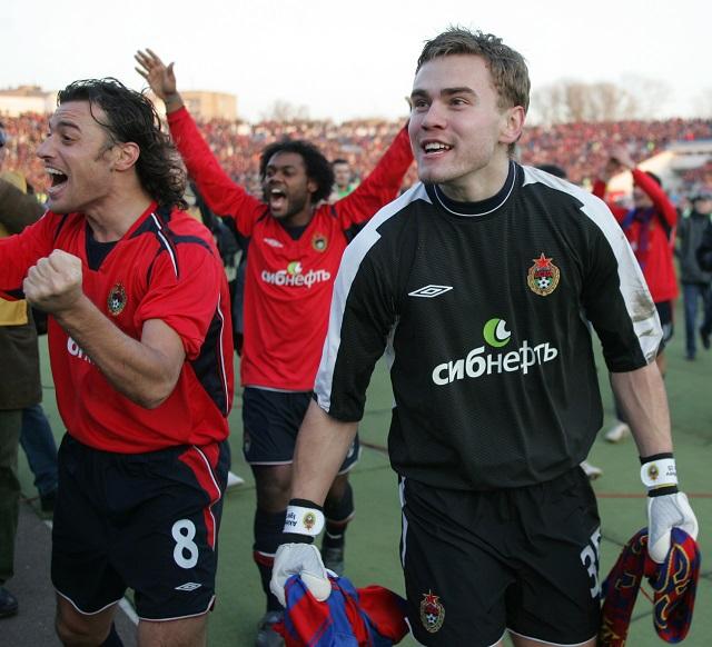 Игорь Акинфеев празднует чемпионство ЦСКА в 2005 году. Слева-  Ролан Гусев.