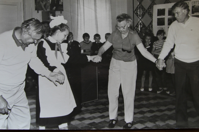 Иностранцы в клубе танцуют.