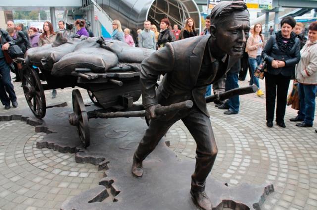 Памятник предпринимателю, тянущему воз проблем, в Курске весьма уместен.