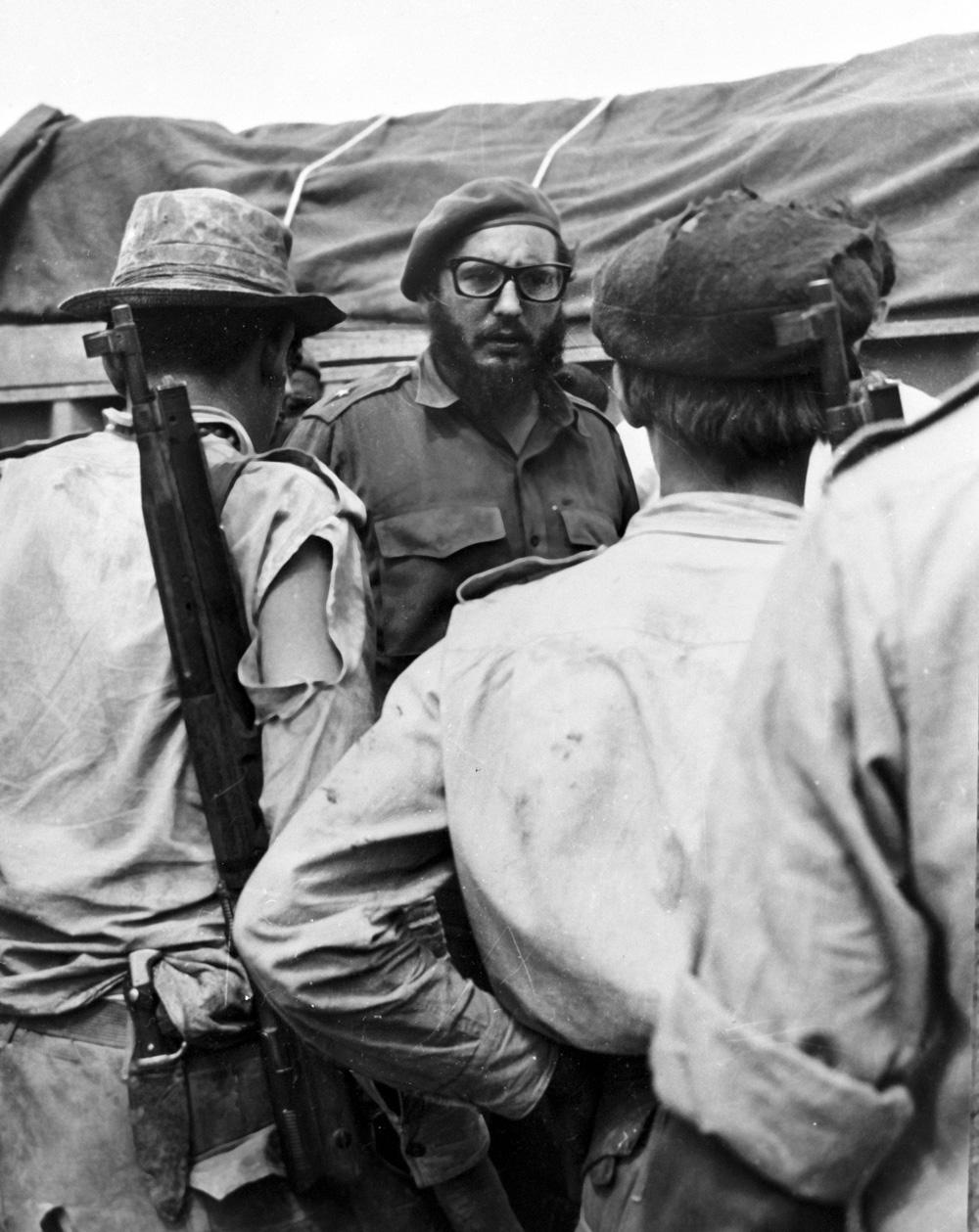 Премьер-министр революционного правительства Кубы Фидель Кастро на одном из участков вторжения американских войск в районе Плайя-Хирон. 1961 год