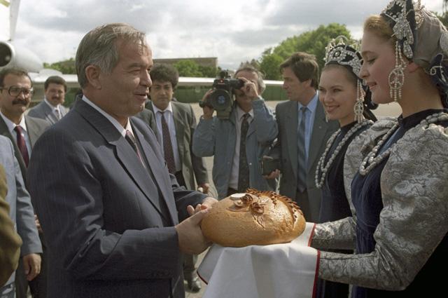 Президента Узбекистана Ислама Каримова, прибывшего на встречу глав государств СНГ, в московском аэропорту встречают хлебом-солью. 1992 год.