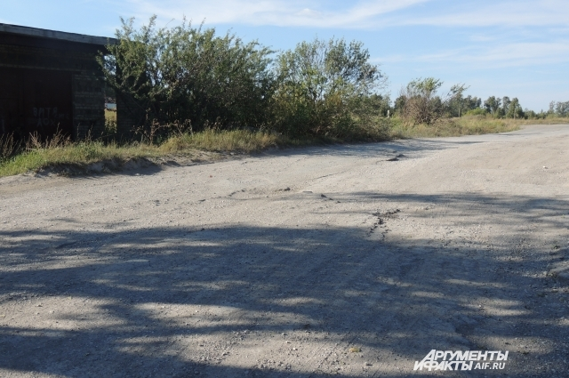 Дорога в школу лежит через заброшенные гаражи, поля, промышленные объекты.