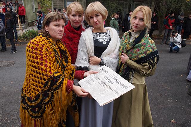 Местные сплетницы заменяли социальные сети, они же подстрекали жителей города на протесты.