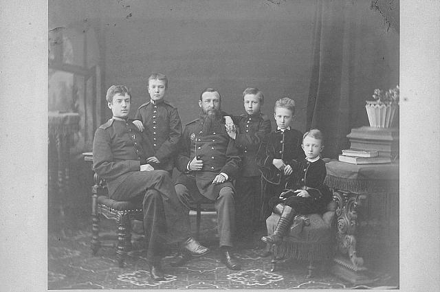 Василий Иванович Новиков с детьми.