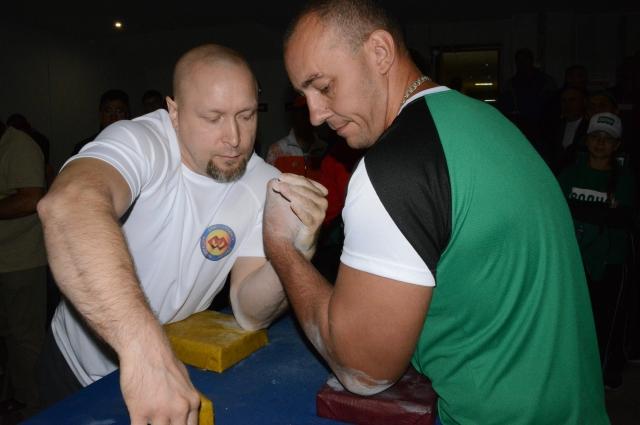 Андрей Казаков (в белой футболке) - признанный мастер борьбы на руках.