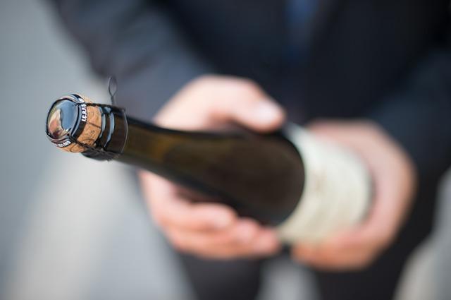 Пробки от шампанского часто улетают в неправильном направлении.