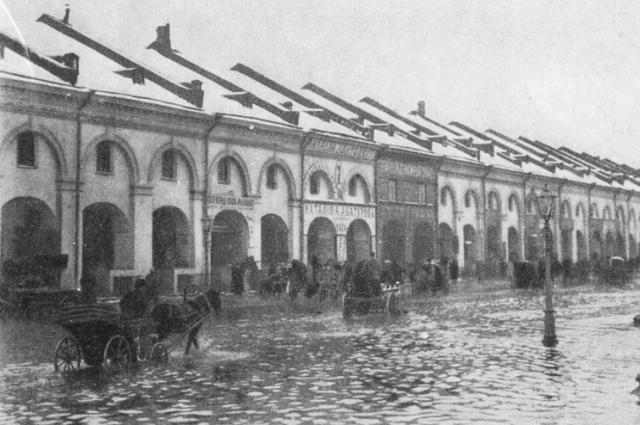 Улица Садовая у бывшего Никольского рынка во время наводнения 25 ноября 1903 года .