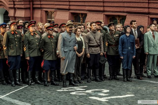 В фильме главные герои рядом со Сталиным принимают парад бронетехники. На самом деле такого не было.