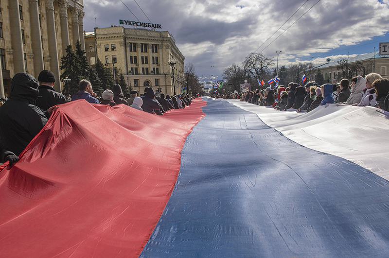 В центре Харькова развернули огромный флаг России