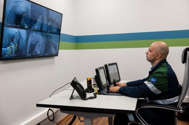 Оператор буровых установок Дмитрий Кошелюк демонстрирует, как организован процесс дистанционного управления.