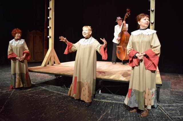 Если три дамы на сцене, то это три сестры. Уж Чехова или Шекспира - понятно станет из текста.