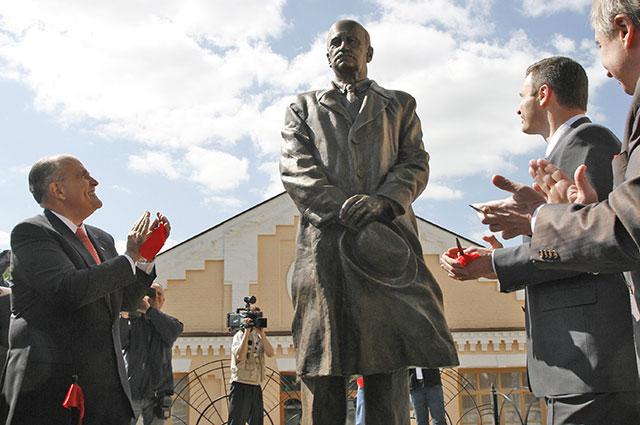 Открытие памятника Сикорскому в Киеве. В руках авиаконструктора знаменитая шляпа Fedora.