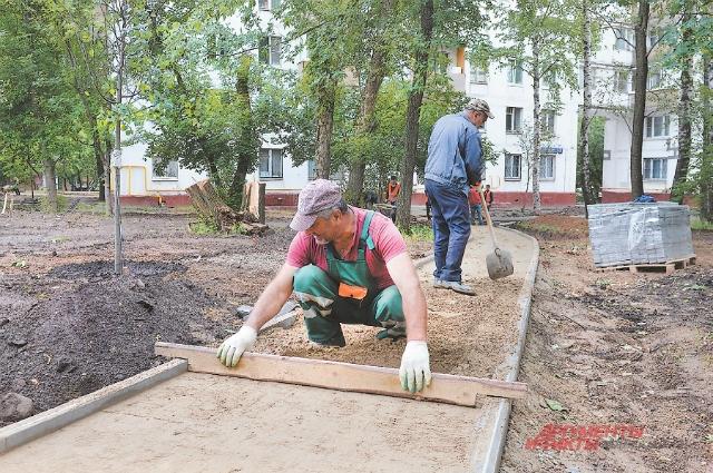 В Южном Тушине на ул. Туристской по просьбам жителей строят новый сквер, в котором дорожки будут разных цветов.