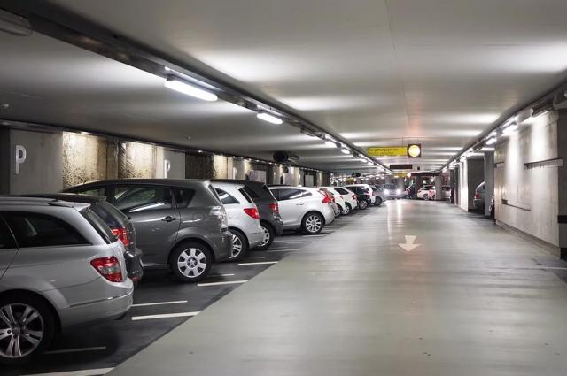 Минимальный размер машино-места – 5,3 метра в длину и 2,5  метра в ширину. Максимальный – 6,2 метра в длину и 3,6 метра в ширину.