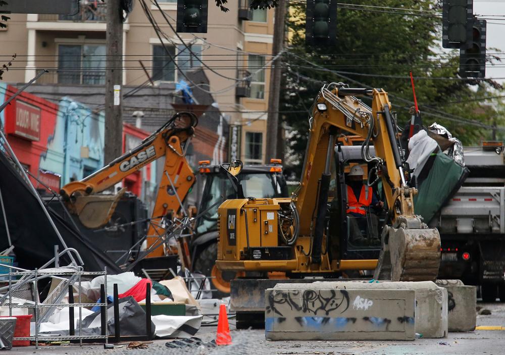 Городские службы используют тяжелую технику для разблокировки зоны оккупированного протеста наКапитолийском холме в Сиэтле.