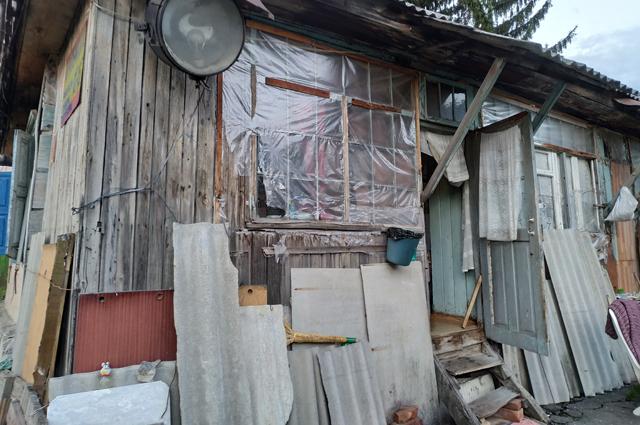 Уже шесть лет Чибировы живут в этом ветхом здании.