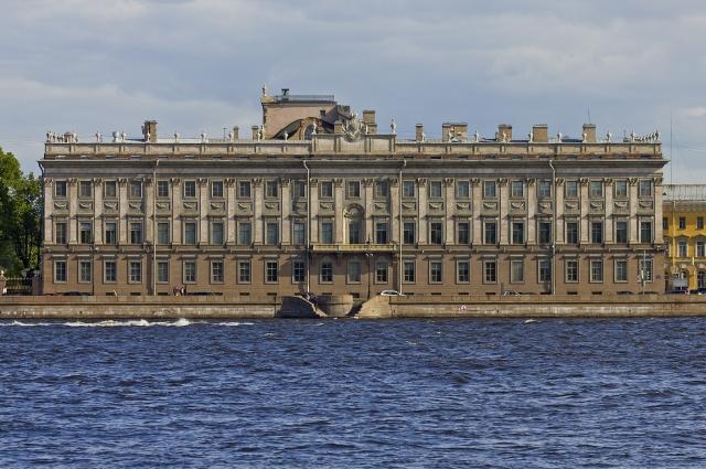 Роскошное здание приказала возвести Екатерина II,  а предназначалось оно для её фаворита - графа Григория Орлова.