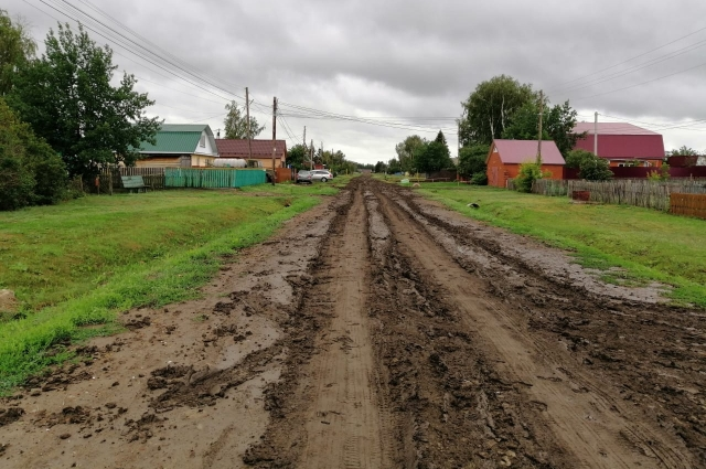 Дорога давно требует ремонта.