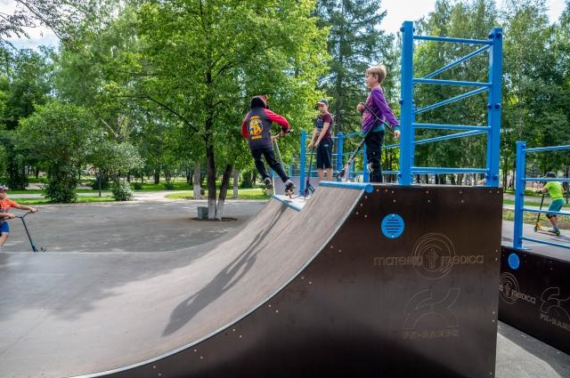 Скейт-парк облюбовали подростки.