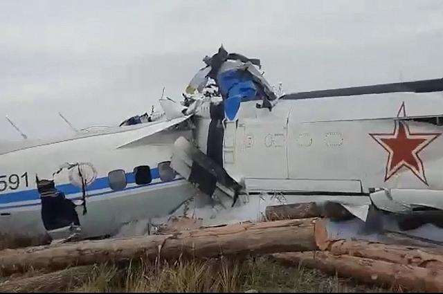 Самолёт перевернулся, потому что задел крылом автомашину..