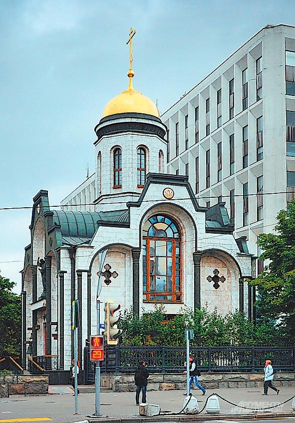 Храм Казанской иконы Божьей Матери на Калужской площади восстановили в 2000 году