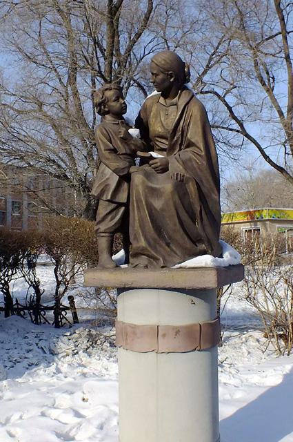 Памятник Володе и Марии Александровне Ульяновой у здания Уссурийского цирка