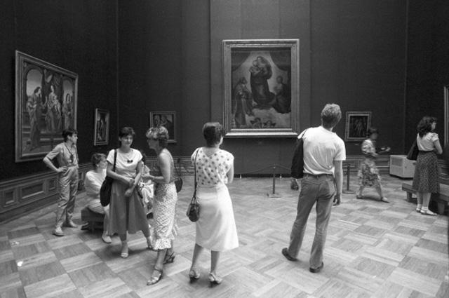 В зале Дрезденской картинной галереи