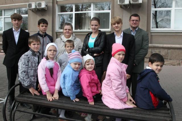 Григорий и Светлана Казинец из Челябинска воспитывают 14 детей.