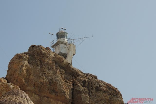 Маяк на скале на одном из коралловых пляжей, Эль Фанара, установленный после авиакатастрофы 2004 года.