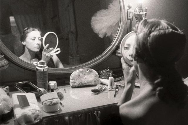 Народная артистка СССР Майя Плисецкая готовится к спектаклю.