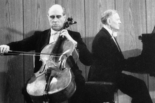 Виолончелист Мстислав Ростропович играет на концерте в Берлине.