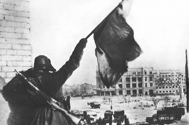 Флаг над освобождённым Сталинградом. Конец января 1943 года