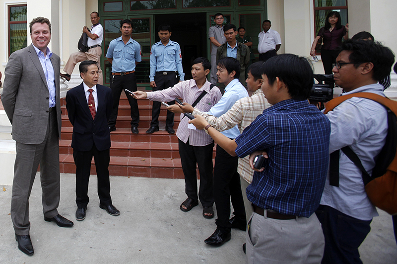 Сергей Полонский и его адвокат общаются с прессой после заседания апелляционного суда по делу об экстрадиции бизнесмена в Россию. Пномпень, Камбоджа, 13 января 2014 года